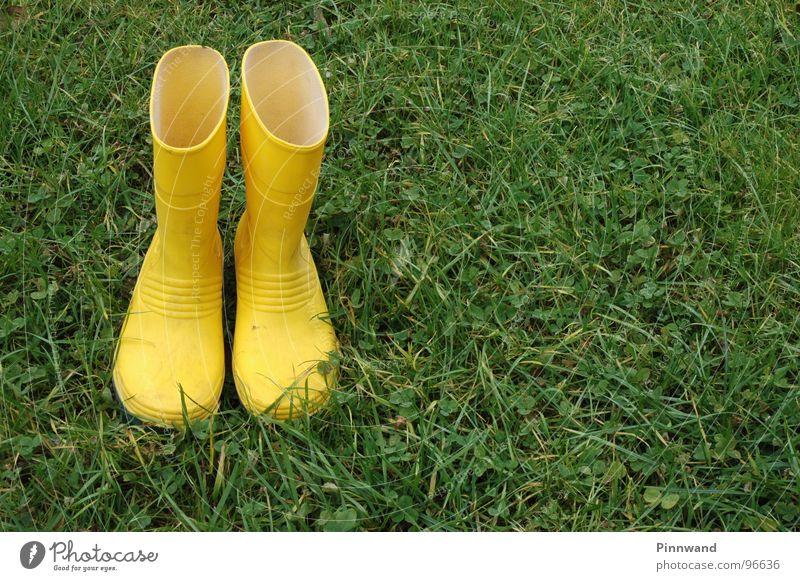 regen?... grün Einsamkeit gelb Wiese Regen Schuhe Bekleidung leer trocken hilflos Gummistiefel ertrinken