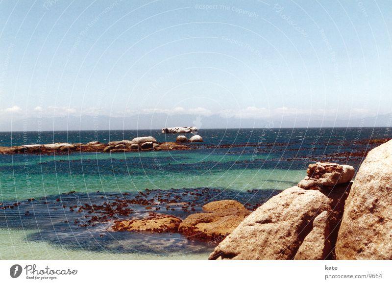 Traumstrand Meer Strand Südafrika Küste Felsvorsprung Felsen blau Himmel