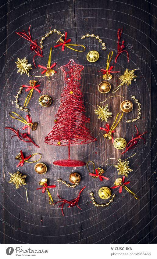 roter Weihnachtsbaum mit goldene Weihnachtsschmuck Natur alt Weihnachten & Advent Winter schwarz dunkel Stil Holz Feste & Feiern braun Lifestyle Wohnung Tür