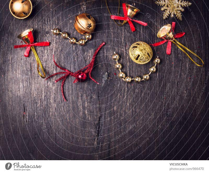Glöckchen Weihnachtsschmuck auf dunklem Holz alt Weihnachten & Advent rot Winter dunkel Innenarchitektur Stil Holz Hintergrundbild Feste & Feiern Lifestyle Design Dekoration & Verzierung Gold retro Zeichen