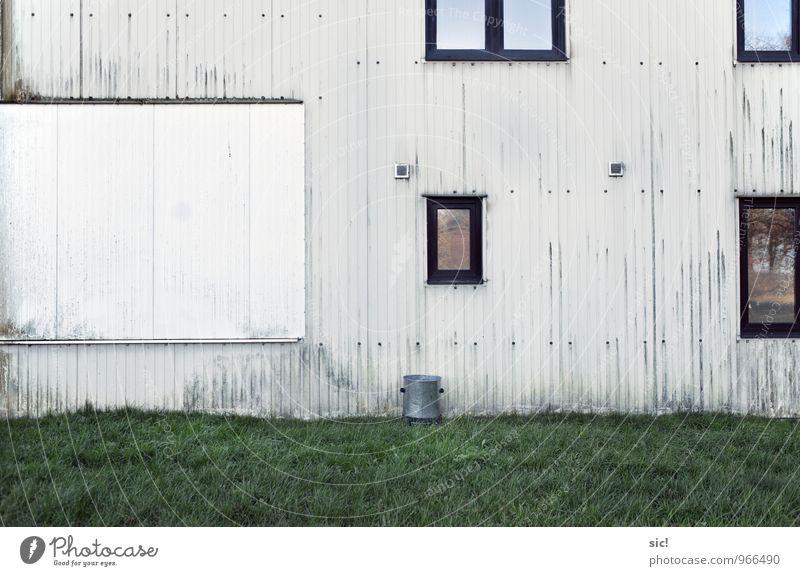Die Wand alt grün weiß Haus Fenster Wiese Gras Gebäude Mauer Linie Fassade trist Glas Streifen Vergangenheit