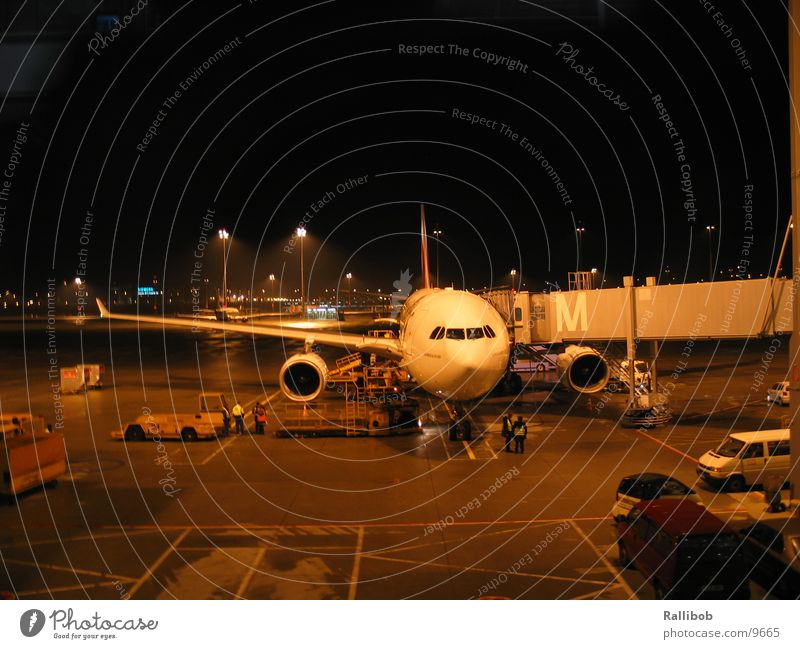 Home Base Flugzeug ankern Nacht laden Rollfeld Luftverkehr Passagierbrücke Flughafen