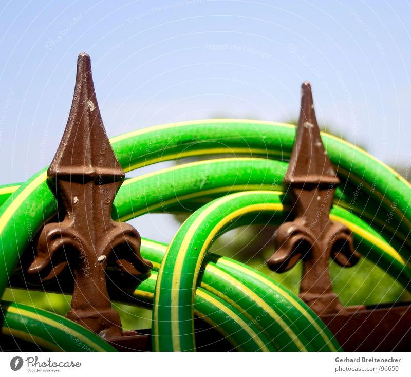 Siesta Gartenzaun Zaun Schlauch Gartenschlauch grün gelb gestreift Physik Sommer Erholung einwickeln Spitze Wärme