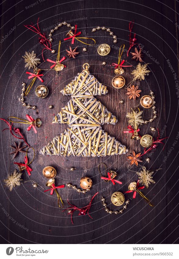 Goldener Weihnachtsbaum und Glockechen Dekorations alt Weihnachten & Advent Winter dunkel gelb Innenarchitektur Stil Holz Hintergrundbild Wohnung