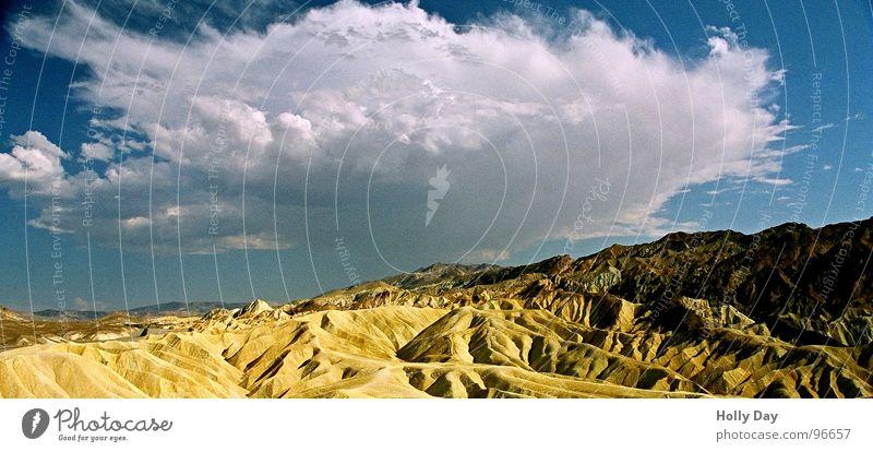 Regen in der Wüste Wolken Death Valley National Park Physik heiß trocken Nationalpark Kalifornien unerträglich trist verloren verdursten Himmel USA Durst Wärme