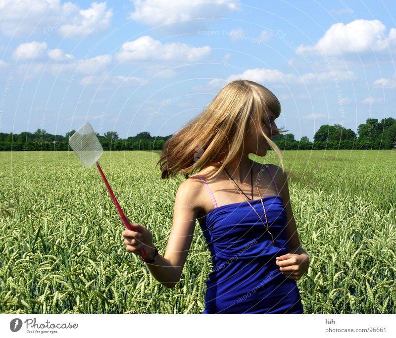 Wo bist du? Wolken himmelblau Tier Insekt drohen wo Feld grün Weizen groß mehrfarbig drehen Schwung Mädchen Frau Ferne Jugendliche Himmel blue fliegenklatsche