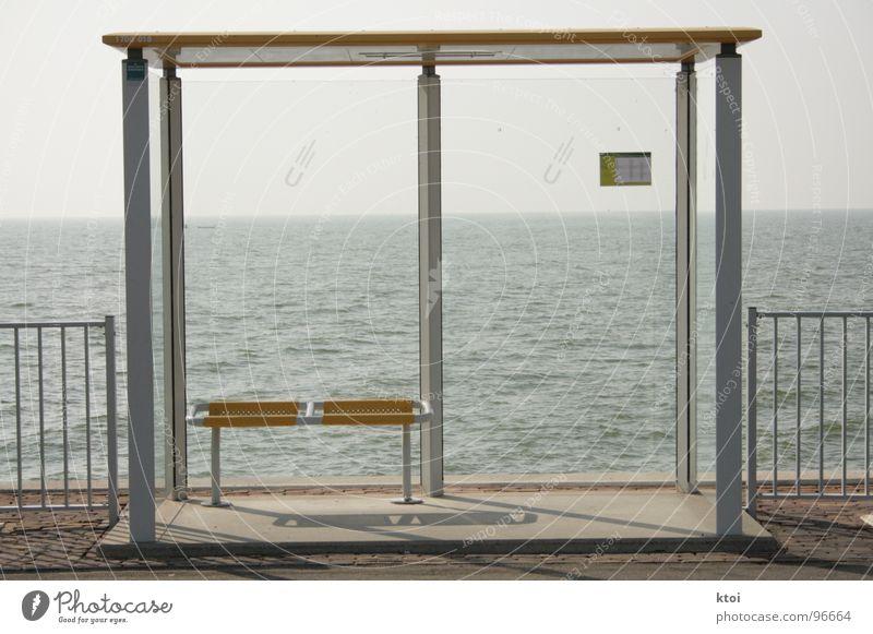 Wann kommt er endlich? Wasser schön Meer blau Wolken gelb grau 2 warten Architektur Glas Wind Schilder & Markierungen Bank Dach Asphalt