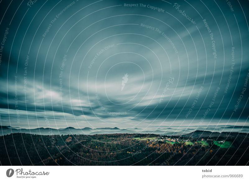 Weitblick Natur Landschaft Pflanze Himmel Wolken Horizont Herbst Wetter Wind Baum Wiese Wald Hügel Berge u. Gebirge Dorf ästhetisch bedrohlich frei