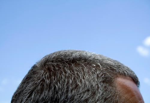 Kniebeuge Stirn Haare & Frisuren Philosoph geistig grau Mann Haaransatz Spiritualität träumen Denken Himmel Kopf Gehirn u. Nerven Geister u. Gespenster