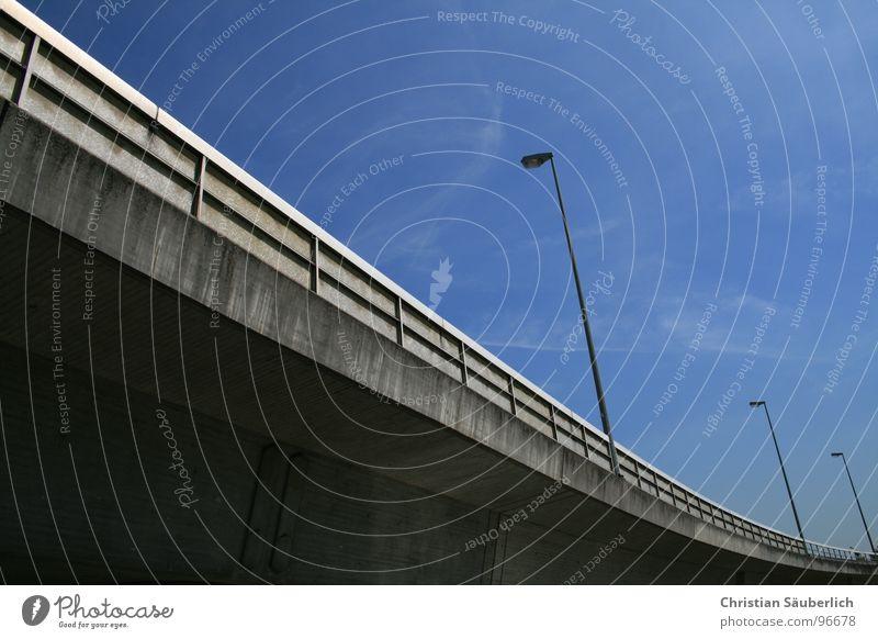 ILM Himmel blau ruhig Einsamkeit grau Beleuchtung Beton Brücke Mitte Laterne Verkehrswege Geländer Parkhaus Verlauf Einkaufszentrum