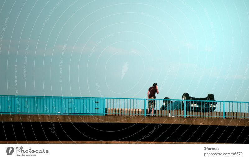 papi, da war noch was... PKW Linie Regen Fahrrad nass Verkehr kaputt Brücke Dach Asphalt KFZ Schaden Wut Verkehrswege Brückengeländer Straßenbelag