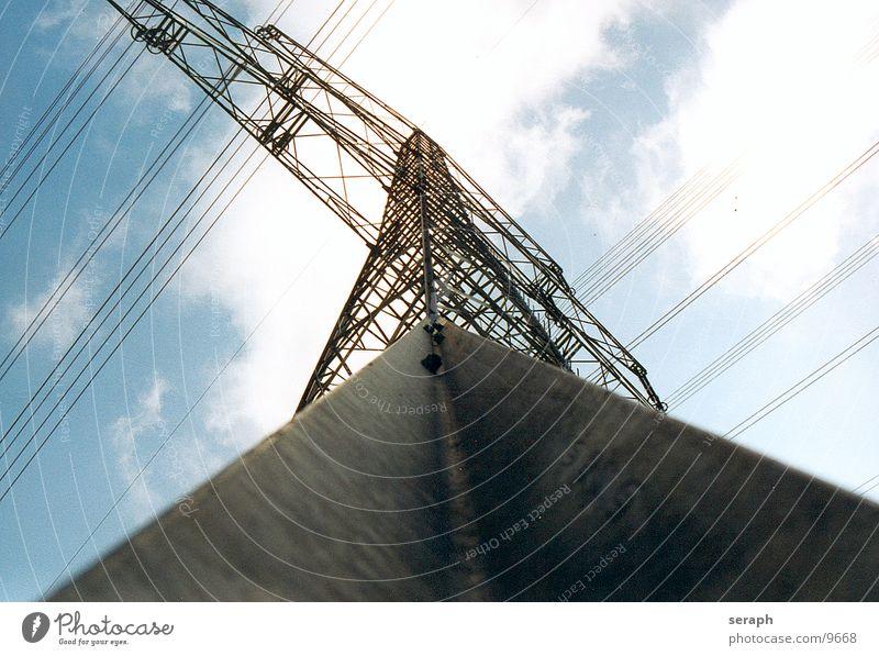 Strommast Himmel Wolken Architektur Energiewirtschaft Perspektive Energie Elektrizität Turm Technik & Technologie Kabel Bauwerk Konstruktion Strommast Spannung Draht Hochspannungsleitung