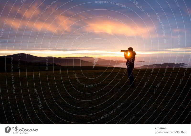 Fotograf im Gegenlicht Mensch Himmel Natur Ferien & Urlaub & Reisen Mann Erholung Landschaft ruhig Wolken Freude Ferne Erwachsene Berge u. Gebirge Stil Freiheit