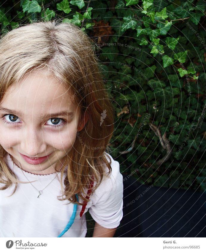Emily Mädchen strahlend Jugendliche Kind Freundlichkeit gehorsam lieblich Blick Fröhlichkeit blond grün Scheitel strubbelig Porträt T-Shirt Efeu grinsen Junge