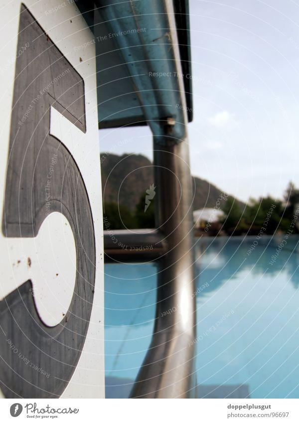 Block 5 Startblock Schwimmbad Sommer Freibad Freizeit & Hobby Konstruktion Schwimmsport Wassersport leer blau Himmel Metall Sport Zentralperspektive