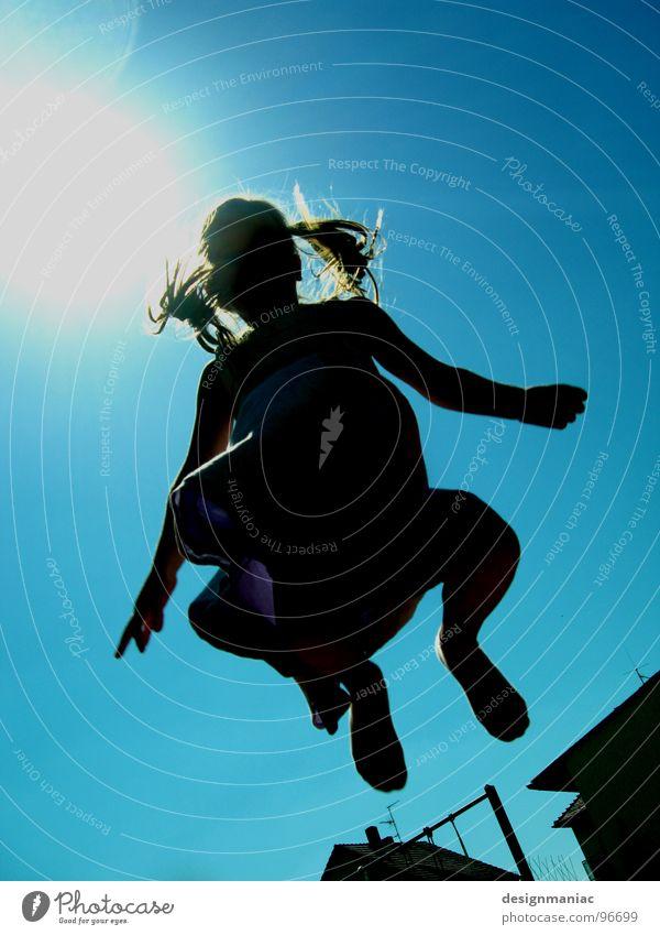 Hopp :-) Gegenlicht Mädchen blenden schwarz Verlauf Zopf langhaarig Kleid blond Silhouette Physik heiß brennen Sonnenlicht hell-blau Wind Hand 5 Baum springen