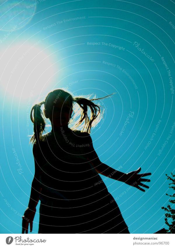 Zwei... Gegenlicht Mädchen blenden schwarz Verlauf Zopf langhaarig Kleid blond Silhouette Physik heiß brennen Sonnenlicht hell-blau Wind Hand 5 Baum springen