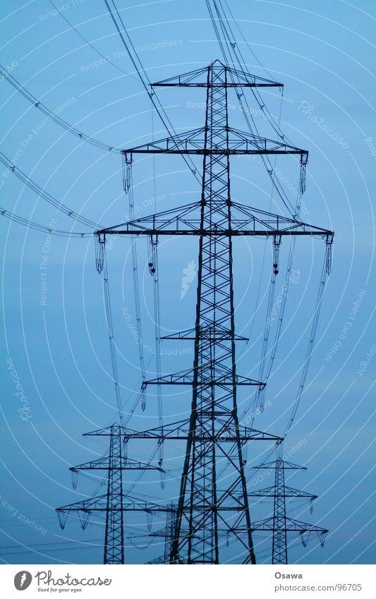 Familie Strommast Himmel blau Wolken gelb Kraft Energiewirtschaft Elektrizität Kabel Stahl Konstruktion Leitung Klimawandel Stromkraftwerke Oberleitung
