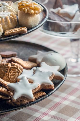 Orient meets Occident süß lecker Geschirr Teller Backwaren Teigwaren Tischwäsche Keks Weihnachtsgebäck Etagere