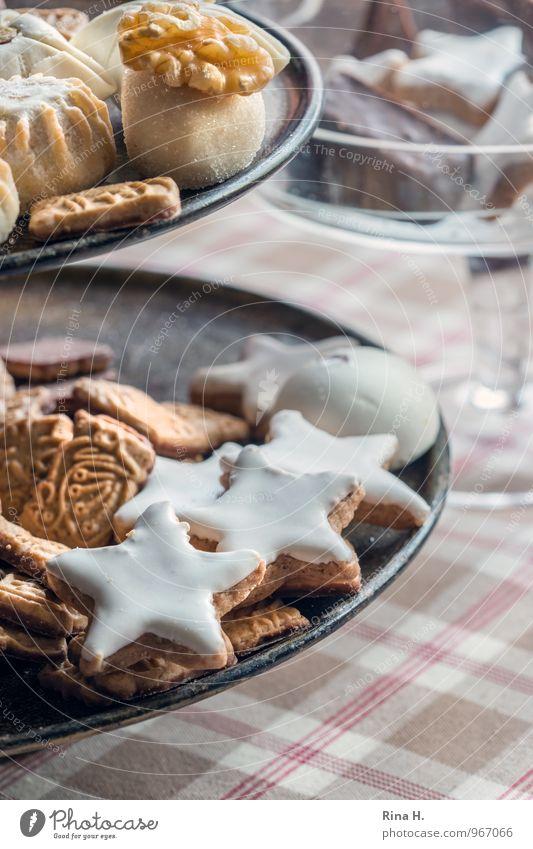 Orient meets Occident Teigwaren Backwaren Keks Geschirr Teller lecker süß Etagere Tischwäsche Weihnachtsgebäck Farbfoto Innenaufnahme Menschenleer