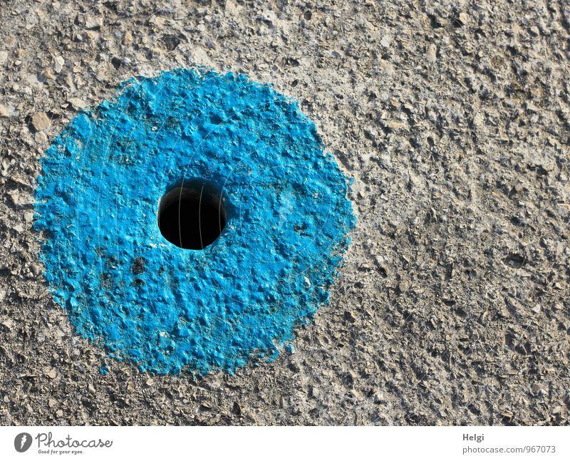 schwarzes Loch... Wege & Pfade Betonboden außergewöhnlich einfach einzigartig rund blau grau Sicherheit achtsam Kreativität Ordnung Kreis