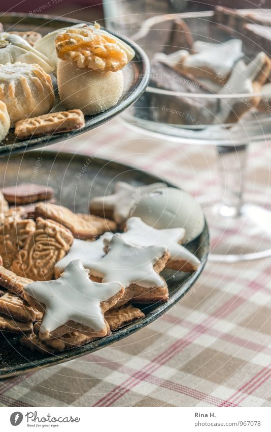 Gebäck Teigwaren Backwaren Süßwaren Geschirr lecker süß Zimtstern Weihnachtsgebäck Tischwäsche kariert Etagere Farbfoto Innenaufnahme Menschenleer