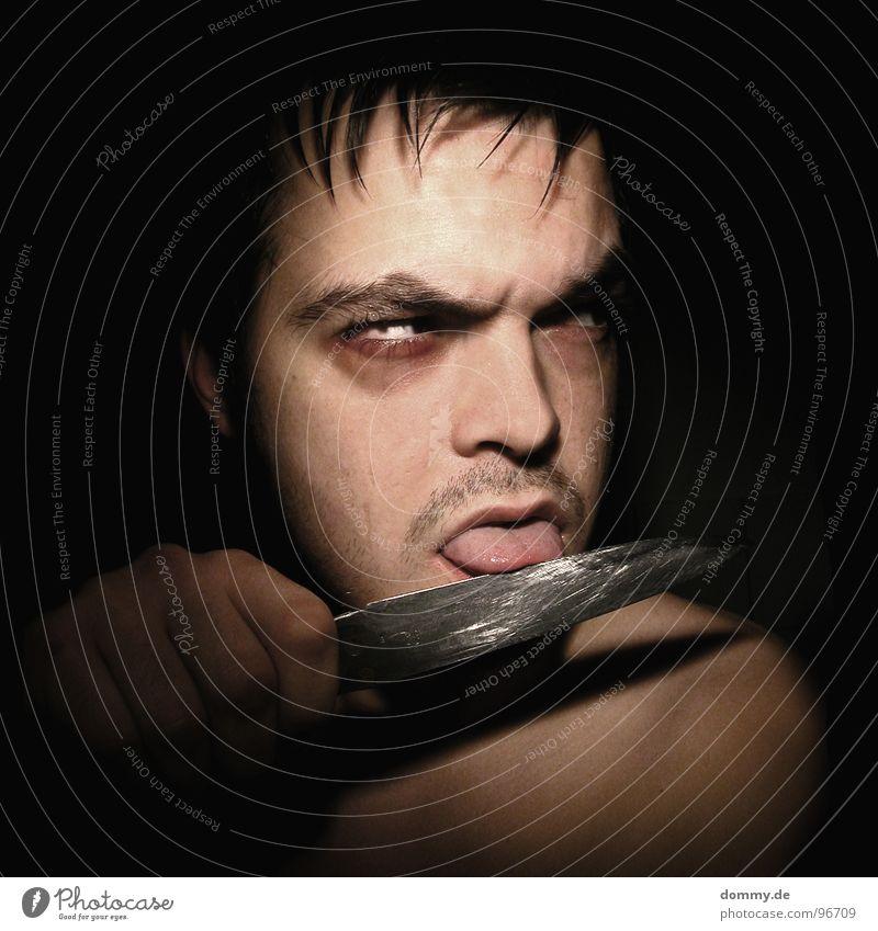 spiel mit das lied vom brot! Mann Kerl dunkel geschnitten Bart Stirn Finger Low Key Zerstörung Angst Panik Langzeitbelichtung Nase Mund Auge Ohr Messer Zunge