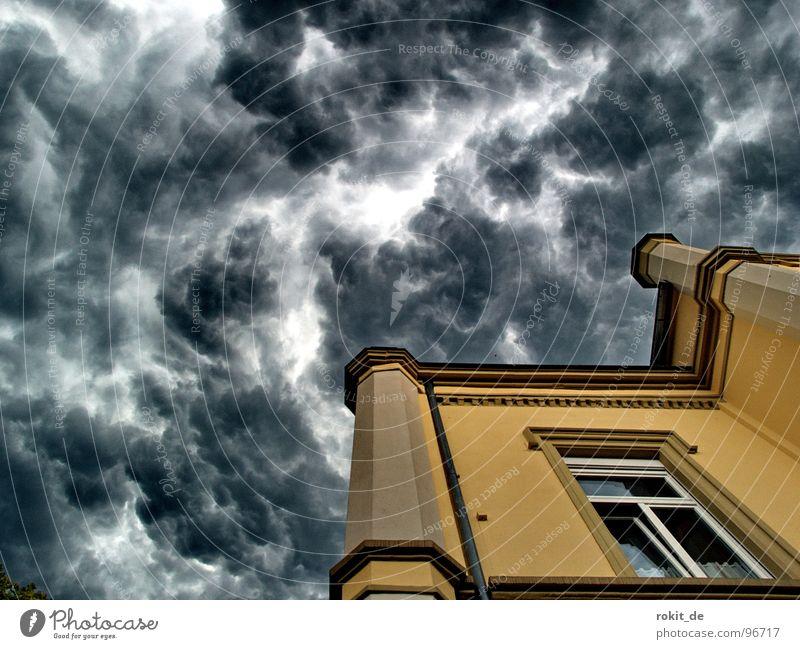 Gleich kracht´s, mach die Schotten dicht! Himmel schwarz Wolken gelb dunkel Fenster Wärme Regen hell Religion & Glaube Angst nass Hochhaus Ecke gefährlich Dach
