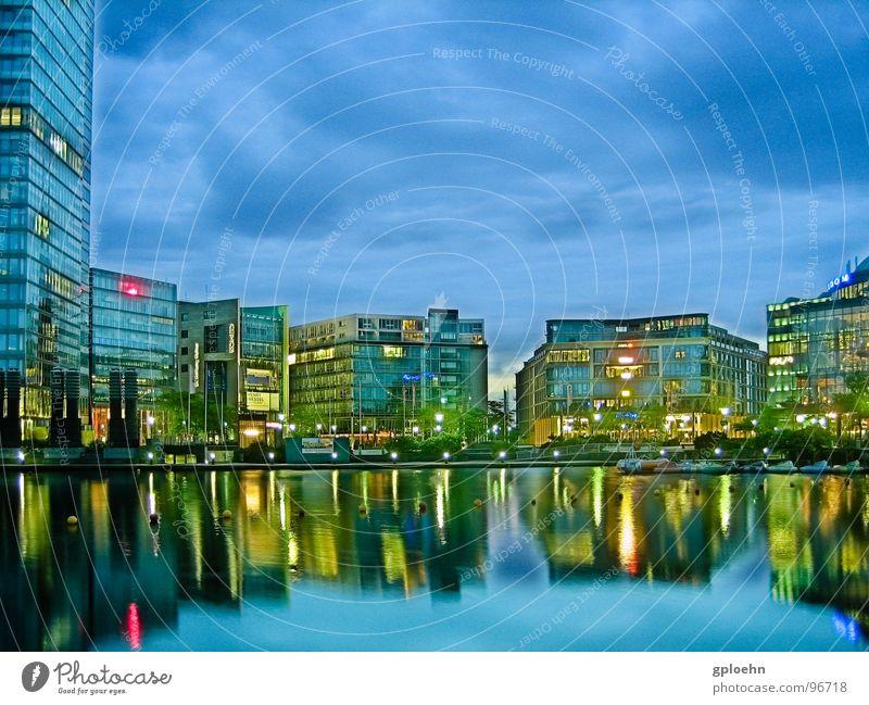 Kölner Mediapark am Abend See Reflexion & Spiegelung Nacht Gebäude Wolken Dämmerung Langzeitbelichtung modern Wasser Licht