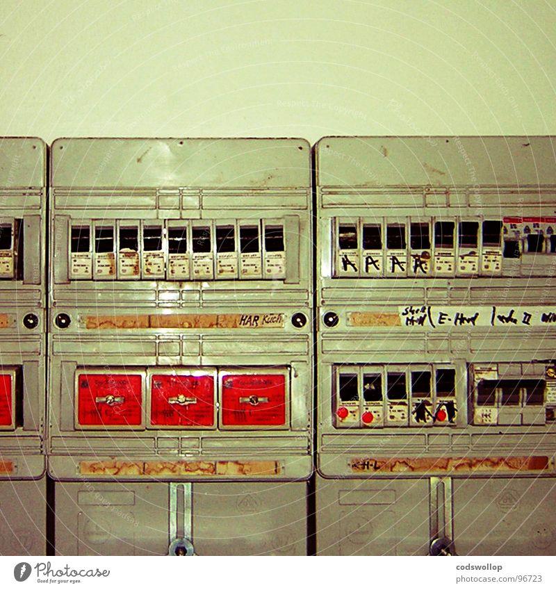 i am the robot tourist Angst Technik & Technologie Elektrizität Sicherheit Kabel Schalter Leitung Besucher Taschenlampe ausschalten Elektrisches Gerät sorgfältig Stromausfall Sicherungskasten
