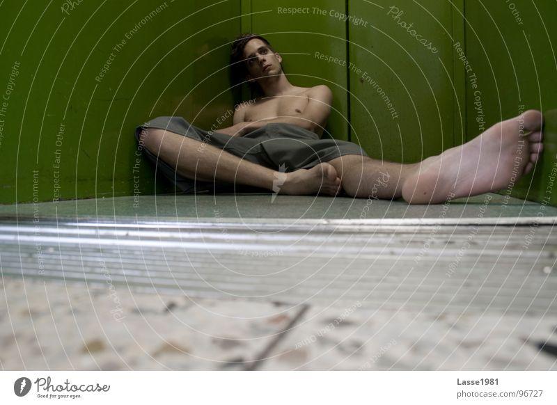 Warten auf..... Fahrstuhl träumen planlos grün Langeweile Fuß Bodenbelag Blick warten
