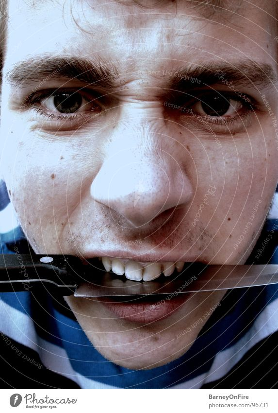 Gnaaaaah! Mann Jugendliche blau Gesicht Auge dunkel Mund Nase Wut schreien Pullover böse Ärger beißen Messer geschnitten