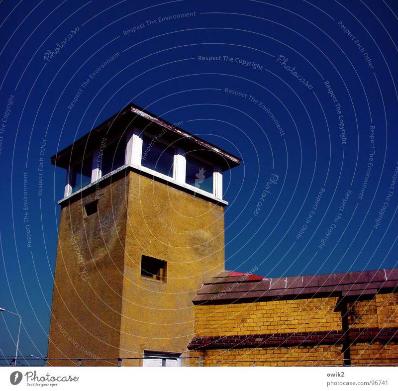 Logenplatz blau Einsamkeit gelb Wand Architektur Gebäude Mauer braun Beton bedrohlich Schönes Wetter Macht historisch Vergangenheit Bauwerk Wahrzeichen