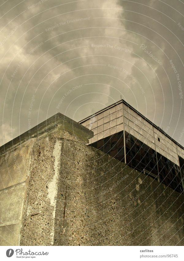 carlitos goes madochab Himmel Haus Architektur Gebäude Mauer Arbeit & Erwerbstätigkeit Beton hoch Design Hochhaus verrückt Perspektive trist Trauer