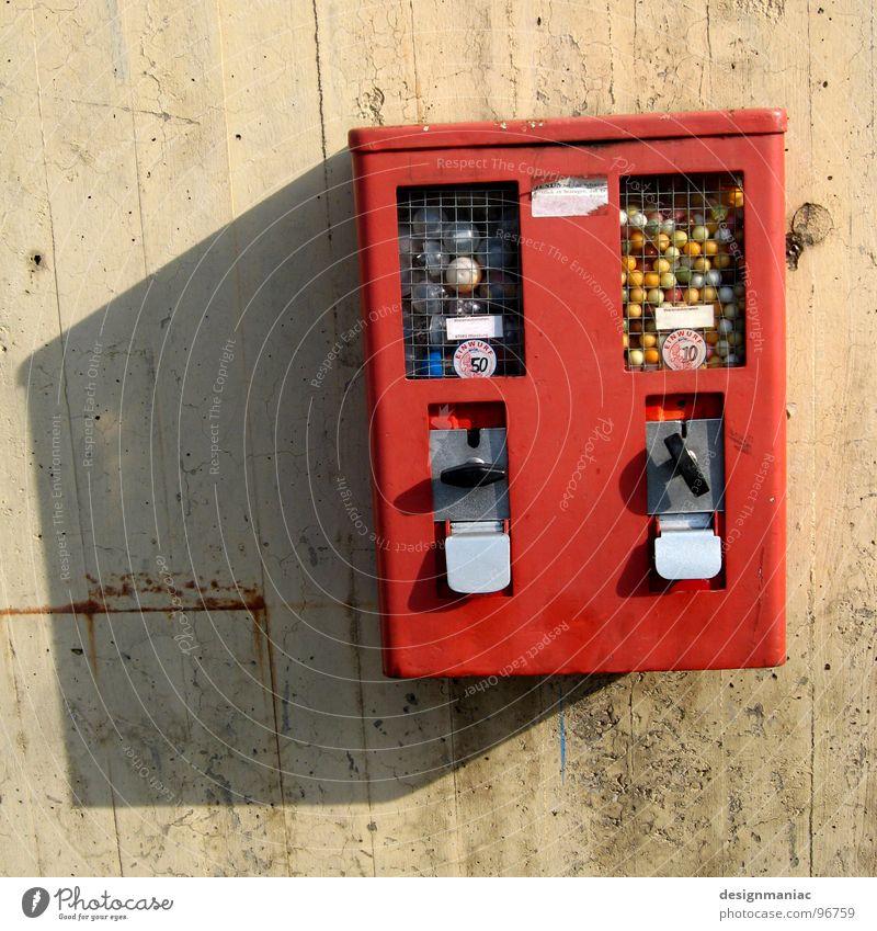 Hast du mal 'nen Groschen? rot grau beige Kaugummi Automat Kaugummiautomat Schlagschatten Gummi drehen Wand Beton mehrfarbig Nostalgie Ferne Etikett Spardose