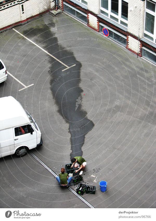 Prohibition in Berlin (1) Mensch blau grün Wand grau PKW Fluss Kiste Bier Gastronomie Bauernhof Flasche Alkohol Pfütze Verpackung Pflastersteine