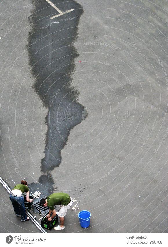 Prohibition in Berlin (2) Pfütze Gully Bier Wagen Wand Eimer grau vernichten Bierkasten grün Alkohol Bauernhof Mensch Fluss PKW Terr blau Flasche Pflastersteine