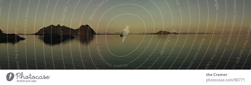 -----oo|o------------o------------- Wasser schön Himmel Meer ruhig Stimmung Küste groß Horizont Europa Insel Norwegen Panorama (Bildformat) Mitternachtssonne