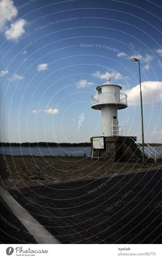 Selbstleuchtende Immobilie mit Illuminationshilfe Himmel weiß Meer blau Sommer schwarz Wolken Ferne Lampe grau Stein See Linie Küste Wetter