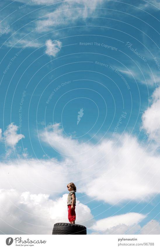 Wolkenkind1 Kind Himmel blau weiß rot Sommer Spielen Wetter verträumt Autoreifen