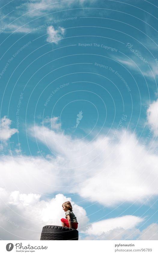 wolkenkind 2 Kind Himmel blau weiß rot Sommer Wolken Spielen Wetter verträumt Reifen Autoreifen