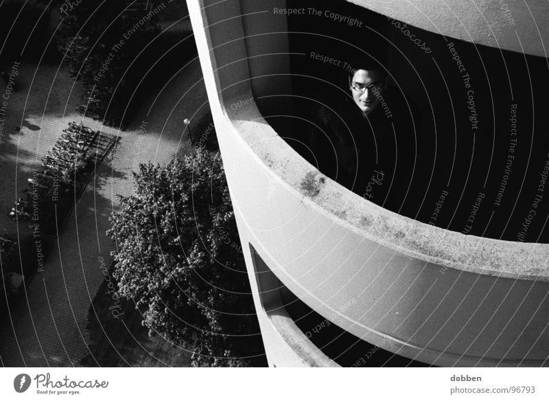 aus dem Schatten ins Licht Hochhaus Köln Dach Mann Außenaufnahme schwarz weiß rund Haus Etage Zukunft Selbstmord gefährlich Stimmung Gefühle Stadt Wohnung