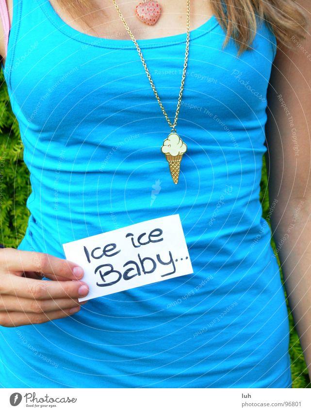 Ice ice Baby ! Frau Jugendliche blau Haare & Frisuren Musik lesen T-Shirt Information zeigen Top Kette Zettel Schnellzug Takt Rhythmus