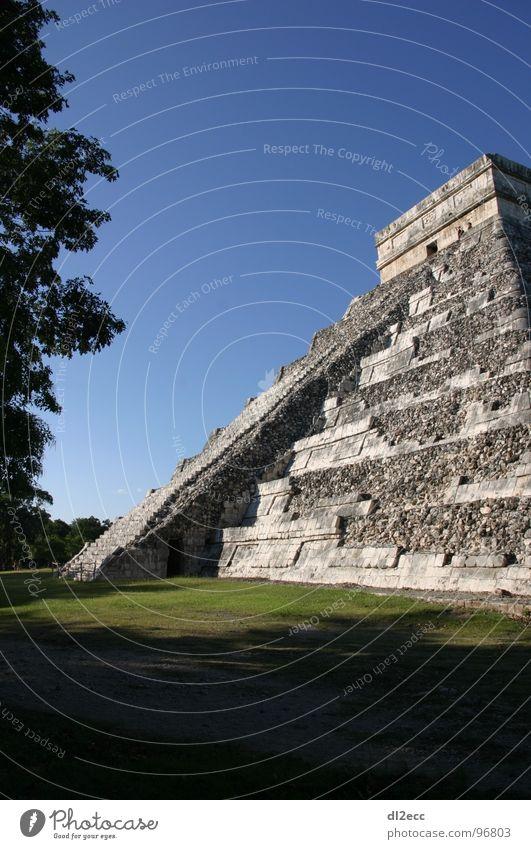 Große Pyramide in Chichen Iza Architektur Treppe Blauer Himmel Rampe