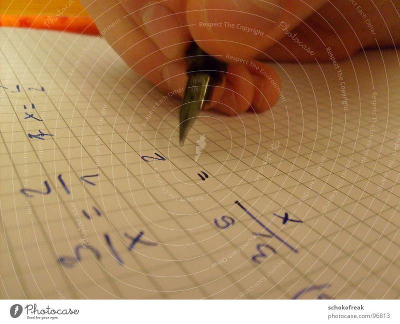 Tobi bei den Hausaufgaben Füllfederhalter Nachhilfeunterricht Mathematik Rechenheft Schulunterricht Hand Bildung Konzentration Zeitschrift Bruchrechnen Denken