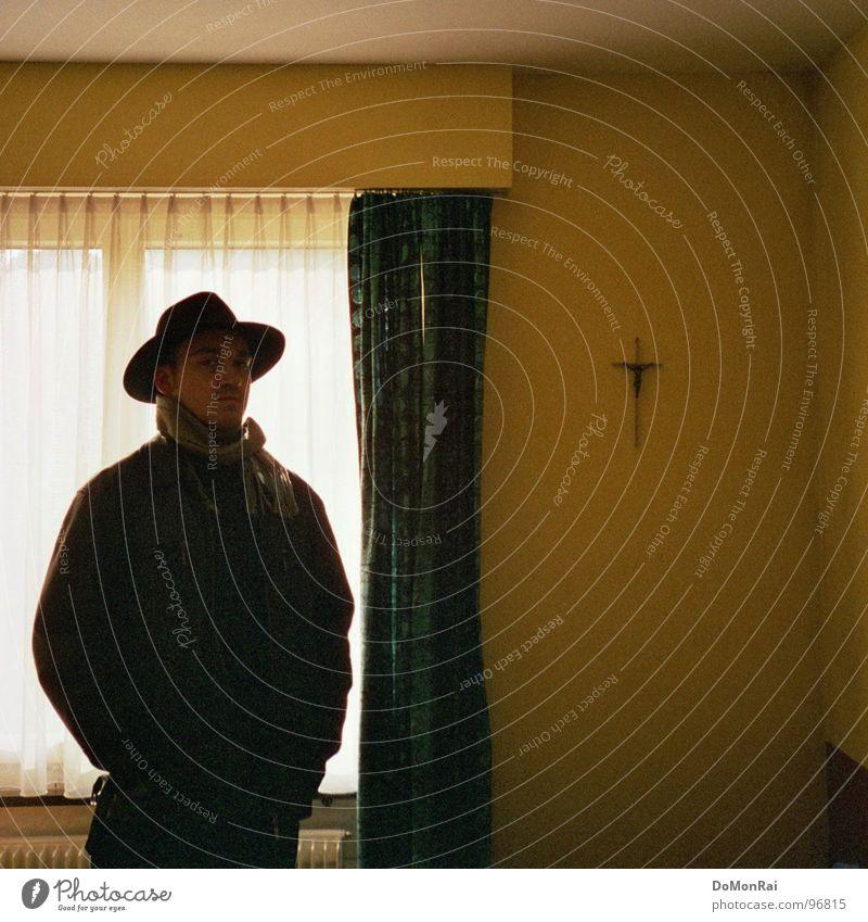 The dark side of Brokeback Mountain Mensch schwarz Erwachsene dunkel Fenster Religion & Glaube verrückt retro Vergänglichkeit 18-30 Jahre Zeichen Hut Jacke Kreuz Vorhang Kruzifix
