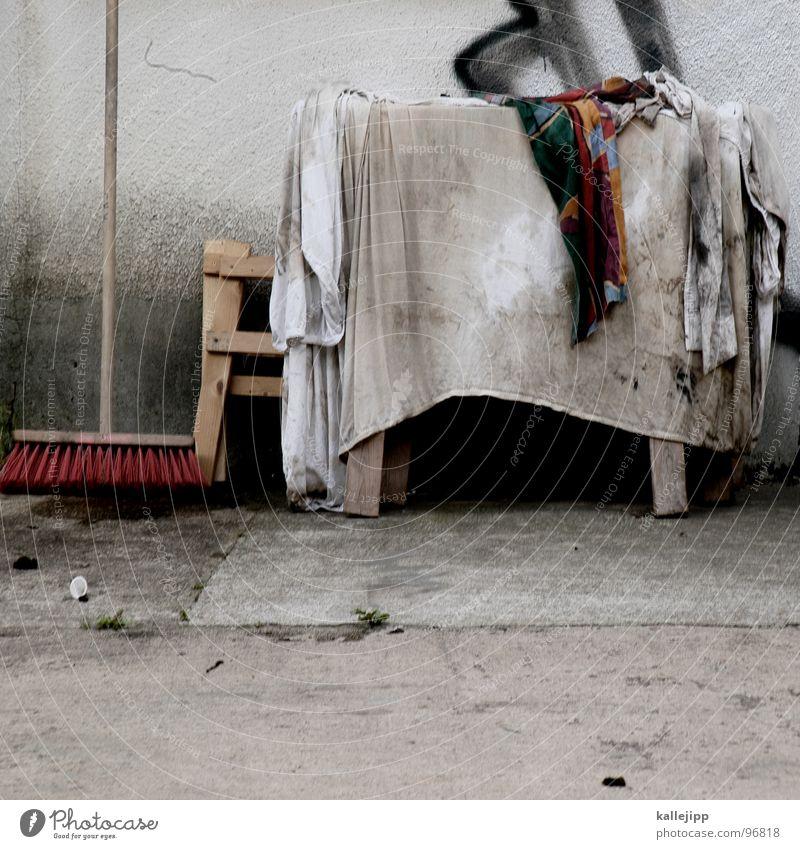 tischlein deck dich Tisch Besen Werkstatt Besenstiel Borsten Wand Sauberkeit Reinigen Hausmeister Haushalt Decke Bauernhof dreckig tischbein Bodenbelag putztag
