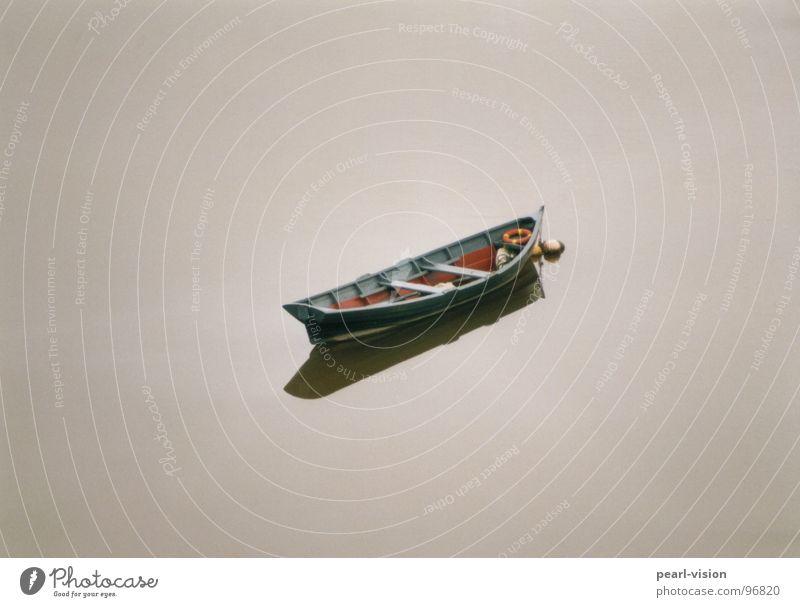Boot Wasserfahrzeug Fischerboot See Einsamkeit Frieden braunes Wasser Ruhe. Frieden Ist da jemand? In the middle of nowhere!