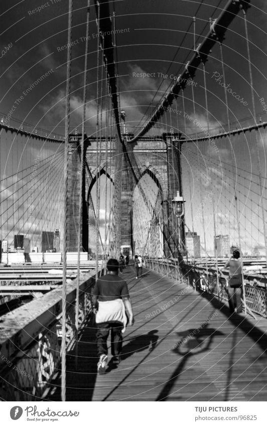 NEW YORK Brooklyn Bridge New York City Joggen Steinbrücke Brücke Brüecke Brookly Brigde Schwarzweißfoto Drahtseil Seil Spazieren Schatten Cris