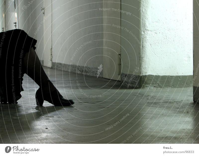 Carmen am Boden Frau alt feminin Wand Schuhe Beine Tanzen Tür Beton Bekleidung sitzen trist Ende Müdigkeit Flur vergangen